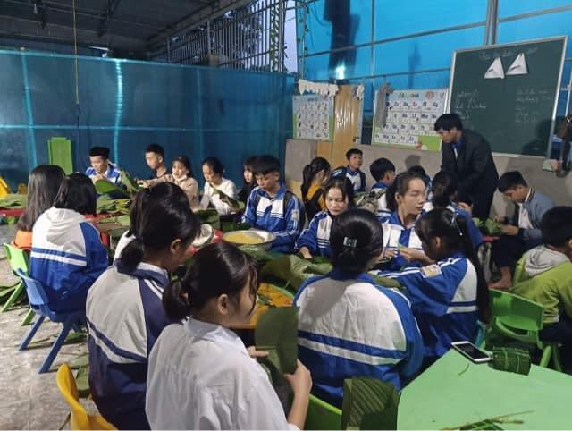 Nghệ An: Teen cùng thầy cô thức trắng đêm gói bánh chưng cứu trợ đồng bào miền Trung ảnh 5