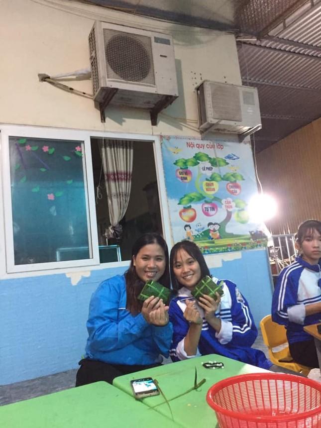 Nghệ An: Teen cùng thầy cô thức trắng đêm gói bánh chưng cứu trợ đồng bào miền Trung ảnh 6