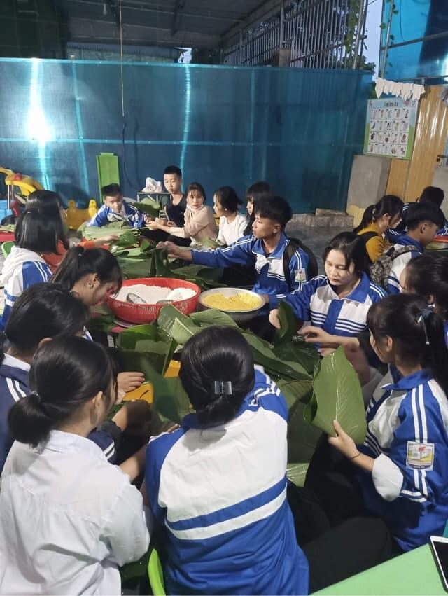 Nghệ An: Teen cùng thầy cô thức trắng đêm gói bánh chưng cứu trợ đồng bào miền Trung ảnh 7