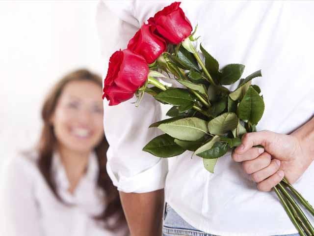 Chàng trai đi xin hoa để tặng người yêu vào ngày 20/10 khiến dân mạng tranh cãi nảy lửa ảnh 2