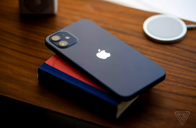 """Cận cảnh iPhone 12 """"bằng xương bằng thịt"""": Màu xanh dương khiến các iFan thất vọng ảnh 1"""