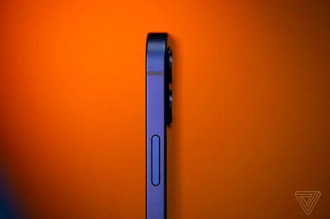 """Cận cảnh iPhone 12 """"bằng xương bằng thịt"""": Màu xanh dương khiến các iFan thất vọng ảnh 7"""