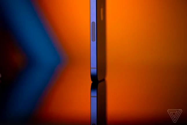 """Cận cảnh iPhone 12 """"bằng xương bằng thịt"""": Màu xanh dương khiến các iFan thất vọng ảnh 8"""