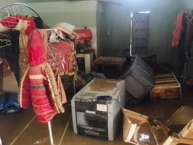 Xót xa với hình ảnh nhà cửa tan hoang, đồ đạc bám bùn ở Quảng Bình sau khi nước lũ rút ảnh 2