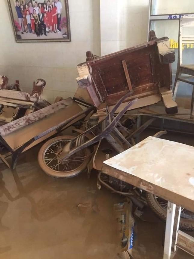 Xót xa với hình ảnh nhà cửa tan hoang, đồ đạc bám bùn ở Quảng Bình sau khi nước lũ rút ảnh 3