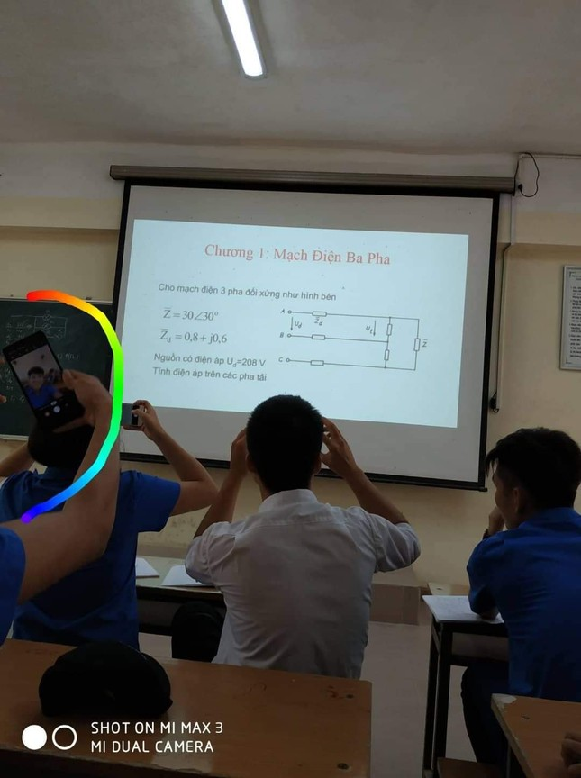 Sinh viên ghi chép bài: Cầm điện thoại chụp, nhưng có mở bài ra học không thì... chưa biết ảnh 2