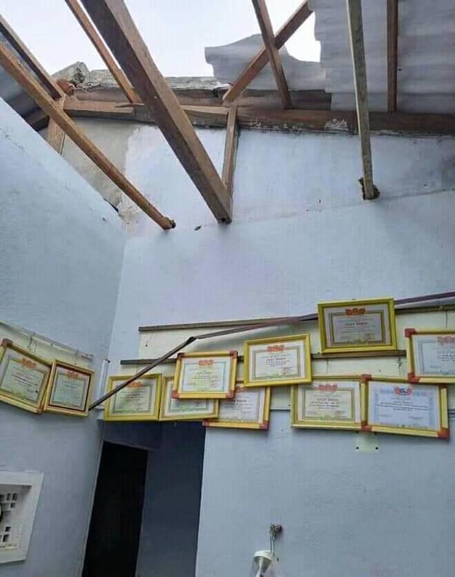 Hình ảnh đẹp nhưng thật buồn: Ngôi nhà bị tốc mái, những tấm bằng khen vẫn kín trên tường ảnh 1