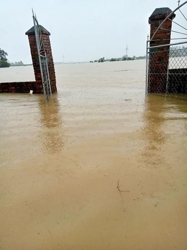 Cảnh tượng xót xa: Nhiều nơi tại Nghệ An ngập sâu trong nước lũ, khu vực biển bị sập bờ kè ảnh 5