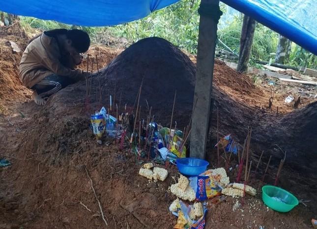 Hình ảnh đau xót: Nữ sinh lớp 11 ở Trà Leng gục khóc bên mộ của cha mẹ sau vụ sạt lở ảnh 1