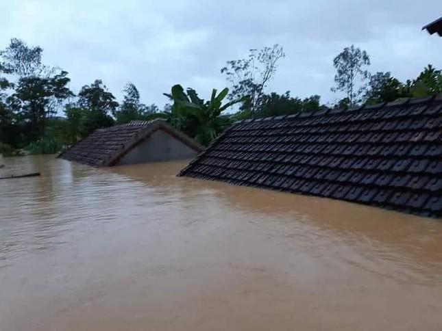 Cảnh tượng xót xa: Nhiều nơi tại Nghệ An ngập sâu trong nước lũ, khu vực biển bị sập bờ kè ảnh 1