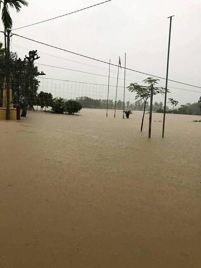 Cảnh tượng xót xa: Nhiều nơi tại Nghệ An ngập sâu trong nước lũ, khu vực biển bị sập bờ kè ảnh 3
