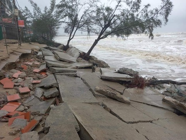 Cảnh tượng xót xa: Nhiều nơi tại Nghệ An ngập sâu trong nước lũ, khu vực biển bị sập bờ kè ảnh 15