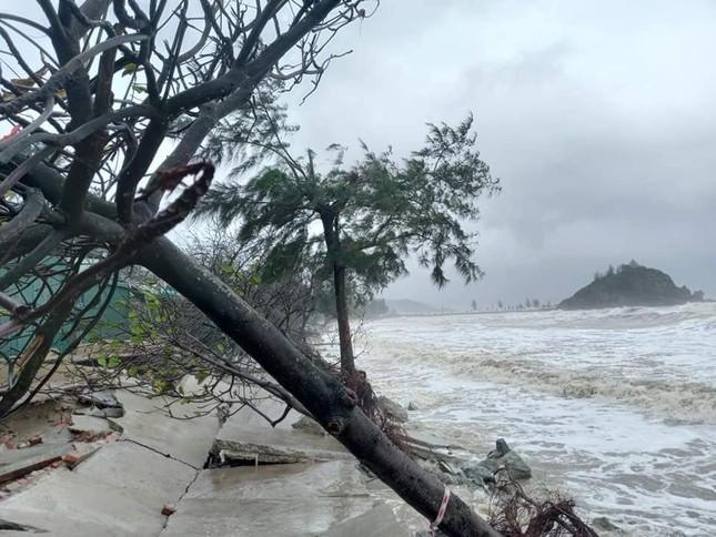 Cảnh tượng xót xa: Nhiều nơi tại Nghệ An ngập sâu trong nước lũ, khu vực biển bị sập bờ kè ảnh 16
