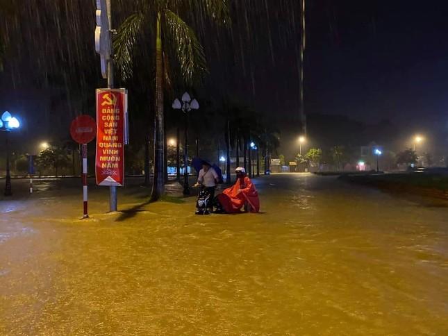 Cảnh tượng xót xa: Nhiều nơi tại Nghệ An ngập sâu trong nước lũ, khu vực biển bị sập bờ kè ảnh 6