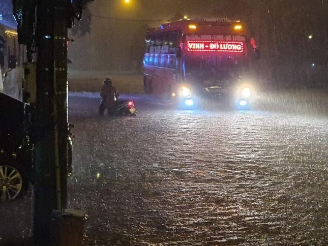 Cảnh tượng xót xa: Nhiều nơi tại Nghệ An ngập sâu trong nước lũ, khu vực biển bị sập bờ kè ảnh 7