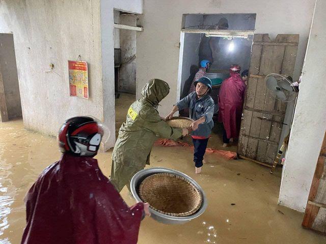 Cảnh tượng xót xa: Nhiều nơi tại Nghệ An ngập sâu trong nước lũ, khu vực biển bị sập bờ kè ảnh 10