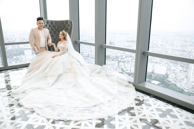 Cận cảnh váy cưới 28 tỉ đồng của Xoài Non - vợ Xemesis, streamer giàu nhất Việt Nam ảnh 1