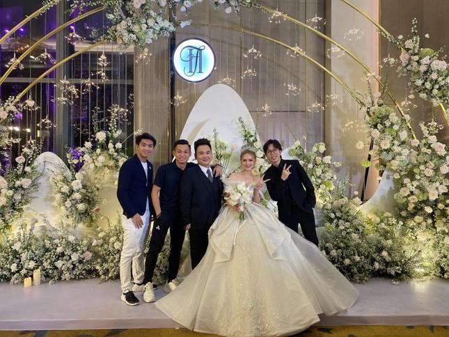 Cận cảnh váy cưới 28 tỉ đồng của Xoài Non - vợ Xemesis, streamer giàu nhất Việt Nam ảnh 8