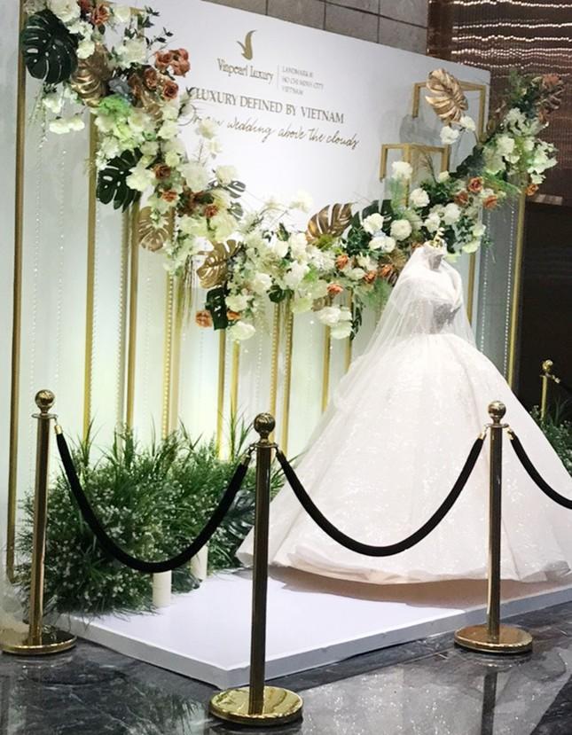 Cận cảnh váy cưới 28 tỉ đồng của Xoài Non - vợ Xemesis, streamer giàu nhất Việt Nam ảnh 6