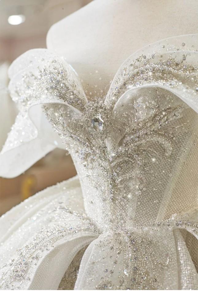 Cận cảnh váy cưới 28 tỉ đồng của Xoài Non - vợ Xemesis, streamer giàu nhất Việt Nam ảnh 4