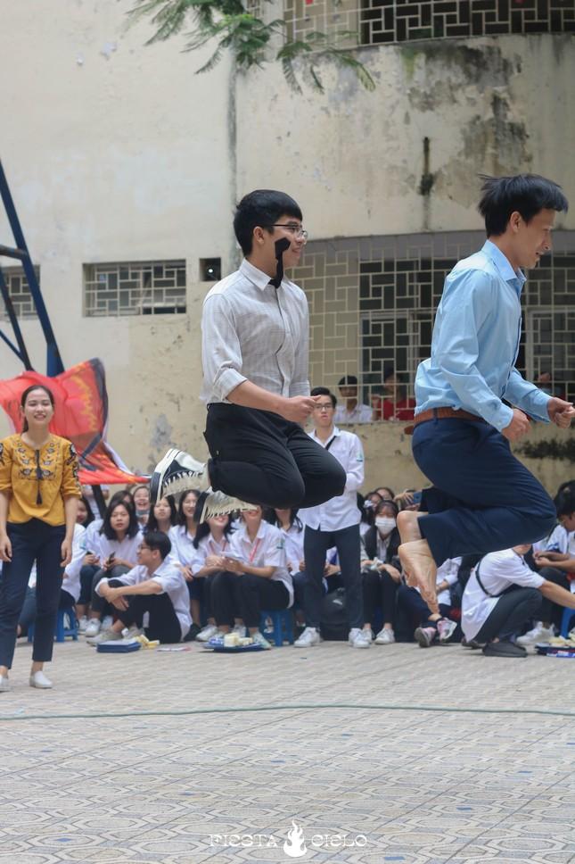 """Học sinh và giáo viên trường THPT chuyên Sư Phạm cùng tham gia cuộc thi """"Khua Chiêng Vàng"""" ảnh 4"""