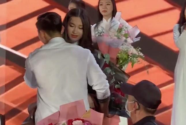"""Profile cực chất của """"bạn gái tin đồn"""" cầu thủ Văn Hậu: Top 10 Hoa Hậu Việt Nam, IELTS 7.0 ảnh 3"""