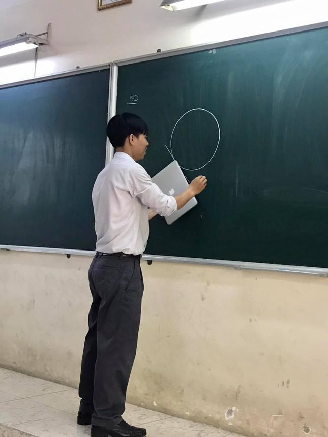 """Thầy giáo chơi lớn """"đu trend"""" cùng học sinh: Có tất cả nhưng lại thiếu thước kẻ! ảnh 1"""