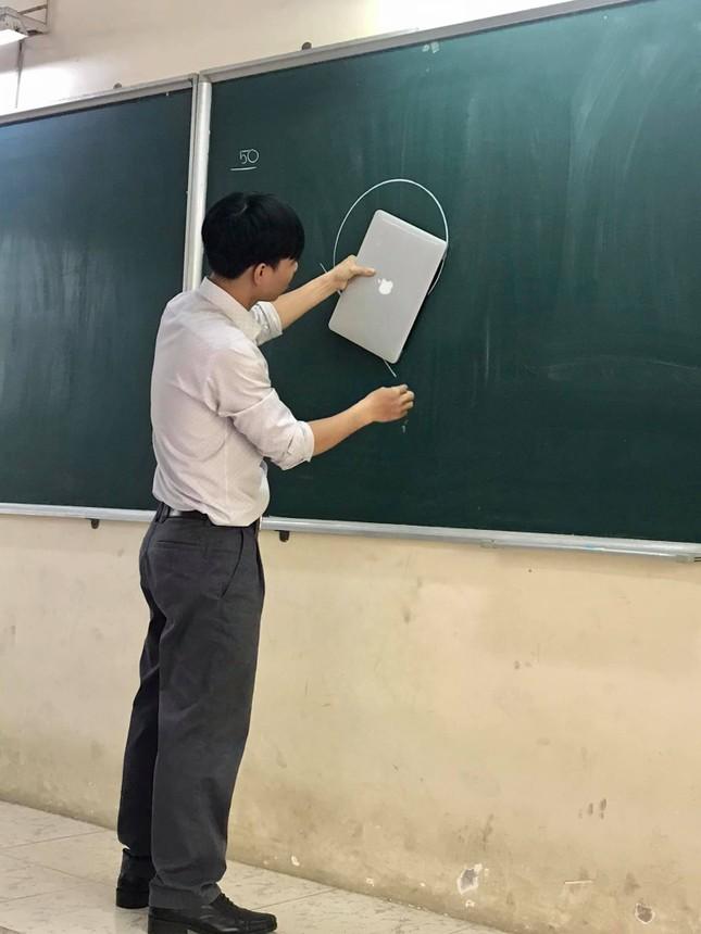"""Thầy giáo chơi lớn """"đu trend"""" cùng học sinh: Có tất cả nhưng lại thiếu thước kẻ! ảnh 2"""