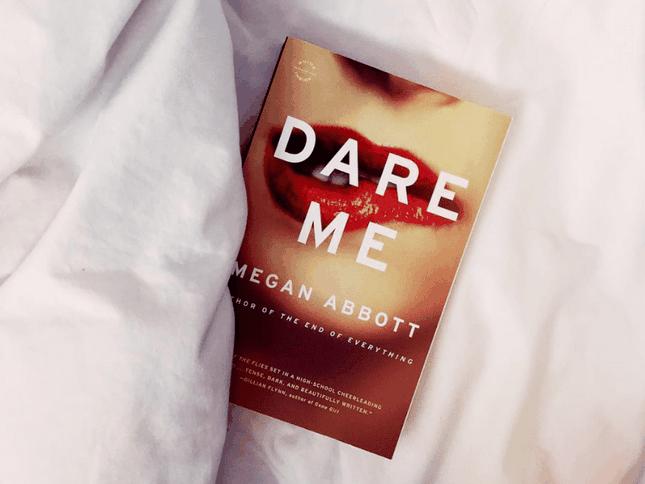"""Trích đoạn hấp dẫn từ """"Đừng Thách Tôi"""" (Dare Me) - tiểu thuyết ly kỳ để nhâm nhi mùa Noel ảnh 1"""