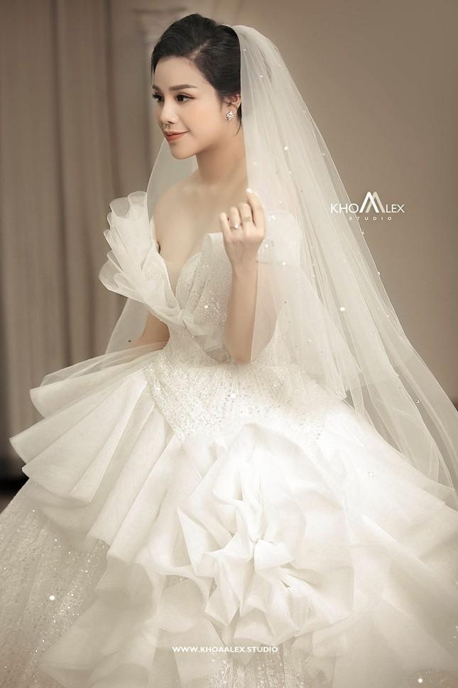 Ảnh cưới của Bùi Tiến Dũng - Khánh Linh: Bộ váy cô dâu khiến dân mạng choáng ngợp! ảnh 5