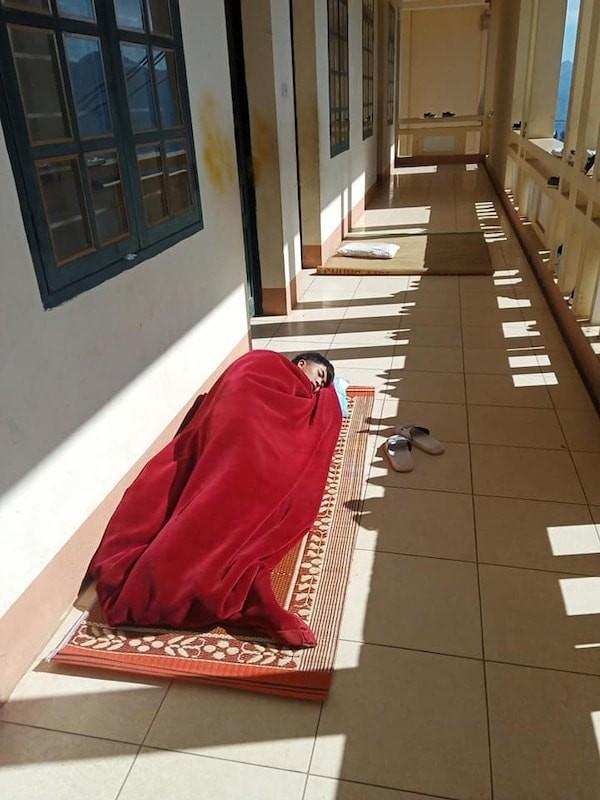 """Hội học sinh siêu """"lầy lội"""": Mang chiếu ra hành lang nằm... """"sưởi nắng"""" cho đỡ lạnh! ảnh 1"""