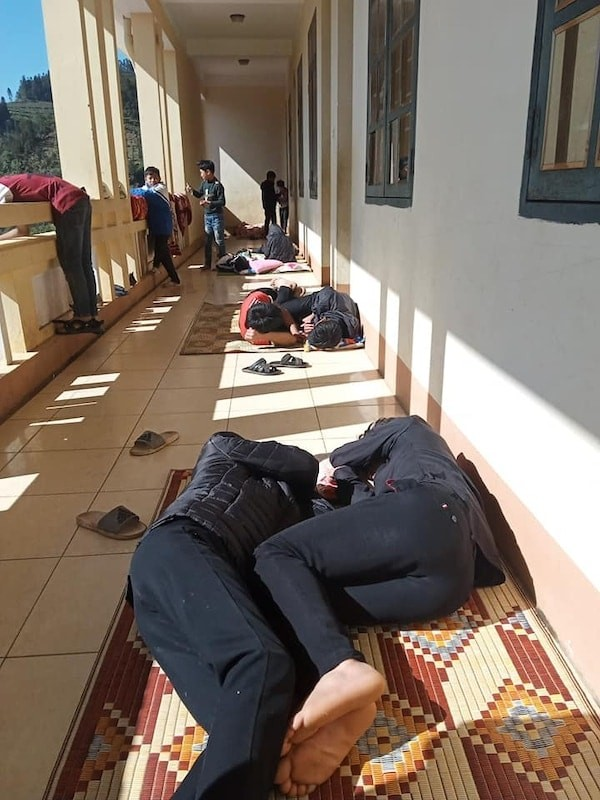 """Hội học sinh siêu """"lầy lội"""": Mang chiếu ra hành lang nằm... """"sưởi nắng"""" cho đỡ lạnh! ảnh 2"""