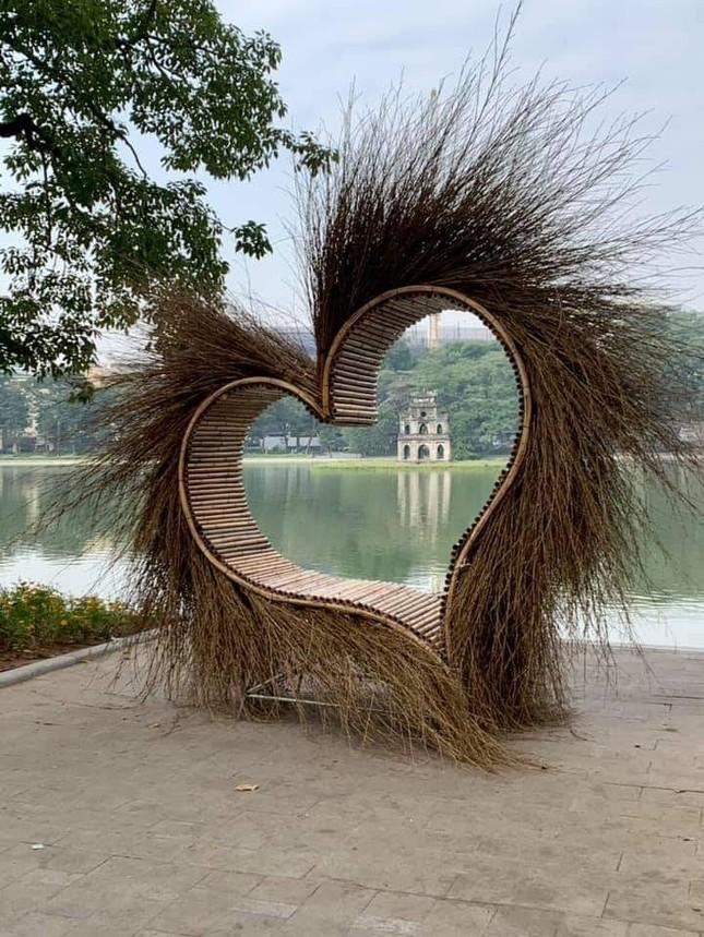 """""""Trái tim lông lá"""" xuất hiện bên Hồ Gươm nhận loạt phản ứng gay gắt của cộng đồng mạng ảnh 1"""