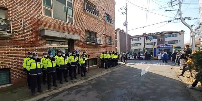 Tội phạm ấu dâm Cho Doo Soon ra tù: Người dân Hàn Quốc vây kín đập phá, biểu tình ảnh 5