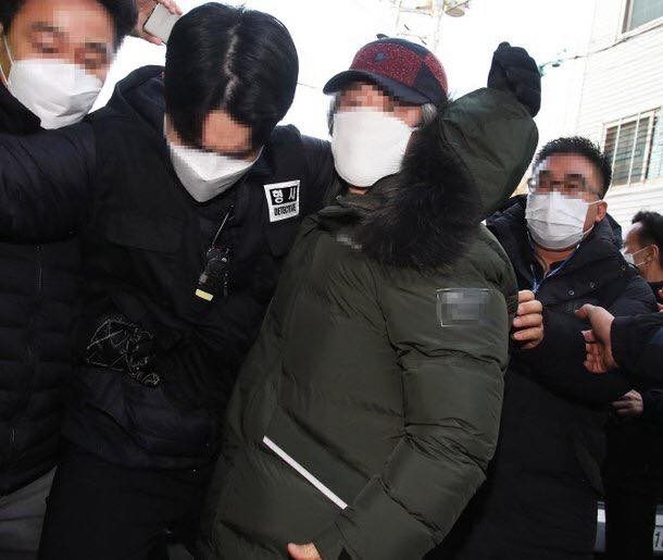 Nhãn hàng áo phao Cho Doo Soon mặc ngày ra tù rơi vào khủng hoảng, xin báo đài che mờ logo ảnh 1