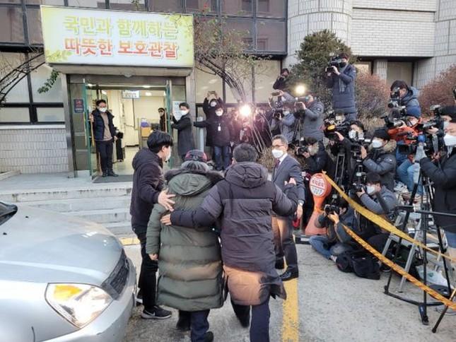 Nhãn hàng áo phao Cho Doo Soon mặc ngày ra tù rơi vào khủng hoảng, xin báo đài che mờ logo ảnh 2
