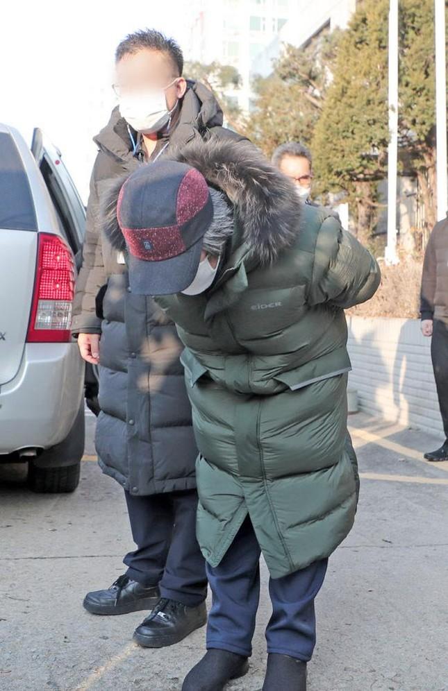 Nhãn hàng áo phao Cho Doo Soon mặc ngày ra tù rơi vào khủng hoảng, xin báo đài che mờ logo ảnh 3
