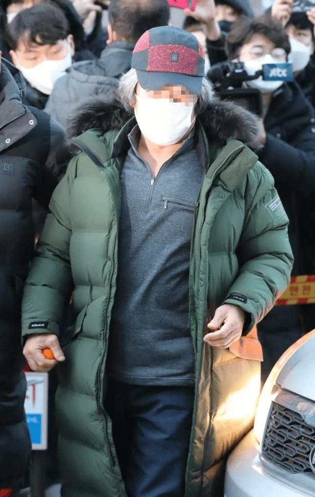 Nhãn hàng áo phao Cho Doo Soon mặc ngày ra tù rơi vào khủng hoảng, xin báo đài che mờ logo ảnh 4