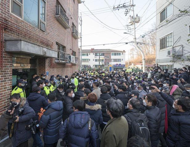 Nhiều người dân Hàn Quốc tìm đến tận nhà tên Cho Doo Soon để đập phá, gây náo loạn ảnh 1