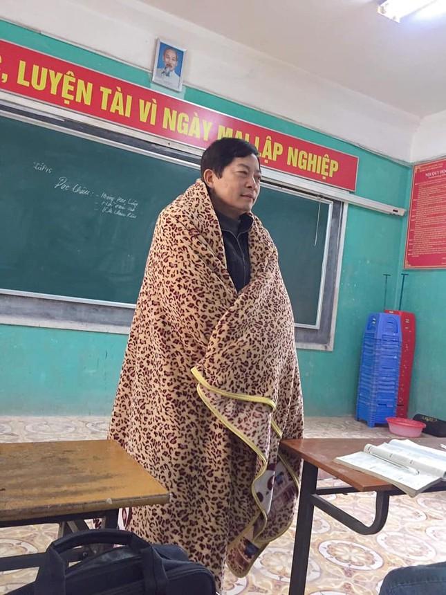 Thầy giáo đáng yêu nhất tháng 12: Mượn chăn của học sinh, vừa trùm kín người vừa giảng bài ảnh 2