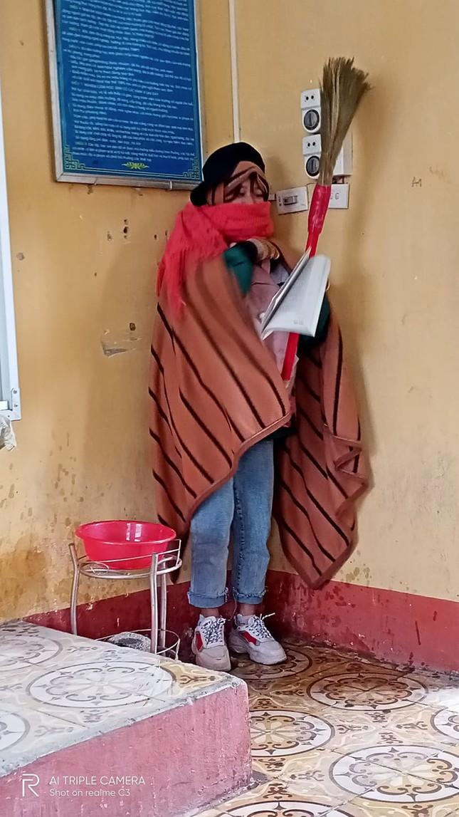 Thầy giáo đáng yêu nhất tháng 12: Mượn chăn của học sinh, vừa trùm kín người vừa giảng bài ảnh 1
