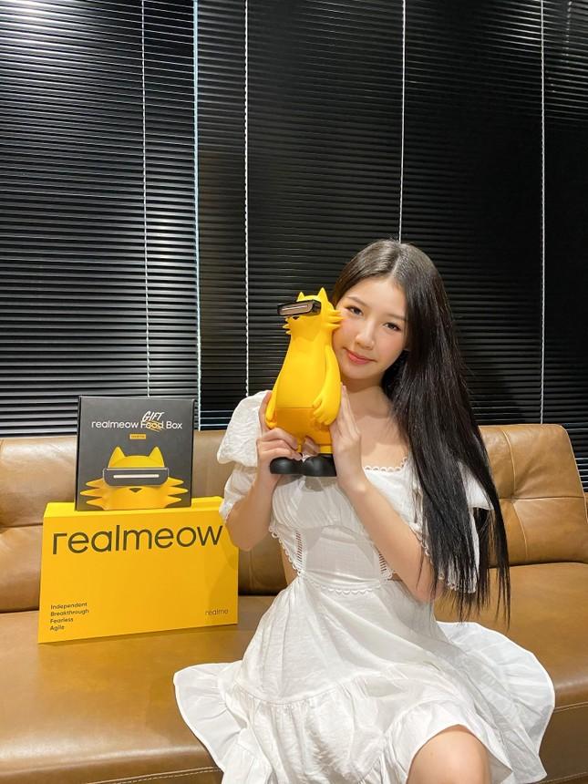 Ca sĩ ISAAC, Amee thích thú với linh vật của Realme: Chú mèo tạo xu hướng Realmeow ảnh 2