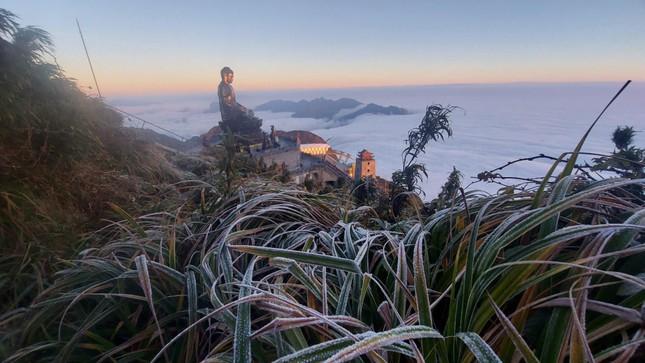 Nhiệt độ trên đỉnh Fansipan xuống mức -3 độ C, dân tình rủ nhau đi ngắm băng tuyết ảnh 1