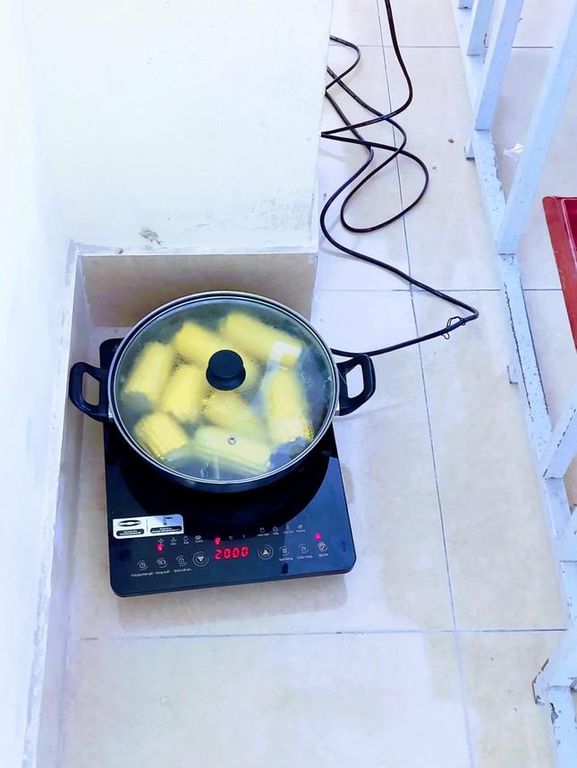 """Muôn kiểu """"sưởi ấm"""" mùa Đông của học sinh: Mang cả ấm trà, nồi cơm điện tới lớp ảnh 4"""