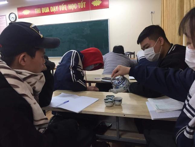 """Muôn kiểu """"sưởi ấm"""" mùa Đông của học sinh: Mang cả ấm trà, nồi cơm điện tới lớp ảnh 1"""