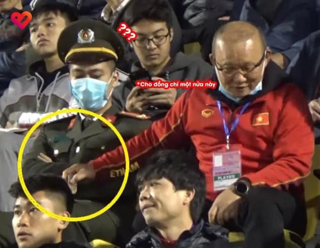 Hành động dễ thương của HLV Park Hang Seo: Chia thanh kẹo cho cán bộ an ninh ngồi cạnh ảnh 1
