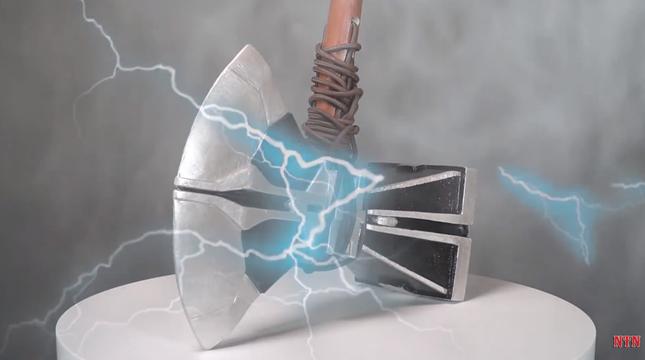 """YouTuber NTN tiếp tục thực hiện clip dân mạng cho là """"vô bổ"""": Làm búa Thor phá huỷ mọi thứ ảnh 2"""