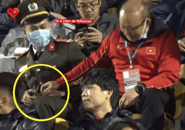 Hành động dễ thương của HLV Park Hang Seo: Chia thanh kẹo cho cán bộ an ninh ngồi cạnh ảnh 2