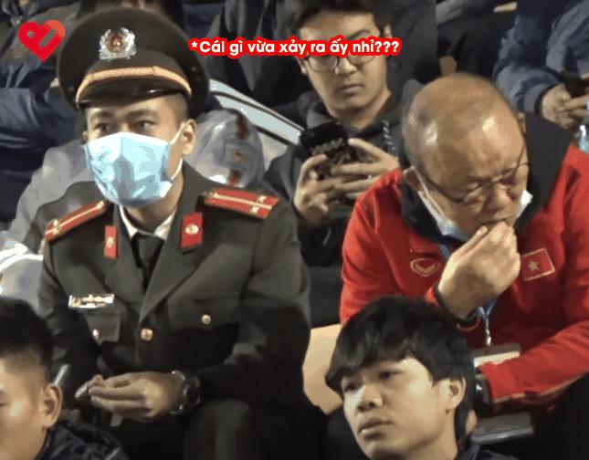 Hành động dễ thương của HLV Park Hang Seo: Chia thanh kẹo cho cán bộ an ninh ngồi cạnh ảnh 3