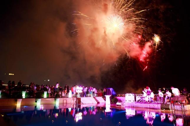 Giá đặt chỗ ngắm pháo hoa đón Giao thừa 2021 ở Hà Nội có thể lên tới gần 2 triệu đồng ảnh 2